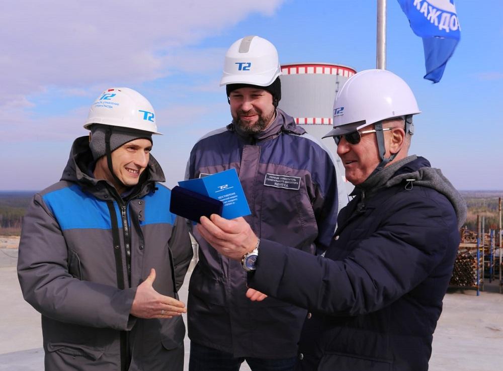 Генеральный директор АО «КОНЦЕРН ТИТАН-2» Григорий Нагинский вручил первую награду в честь 25-летия холдинга «ТИТАН-2»
