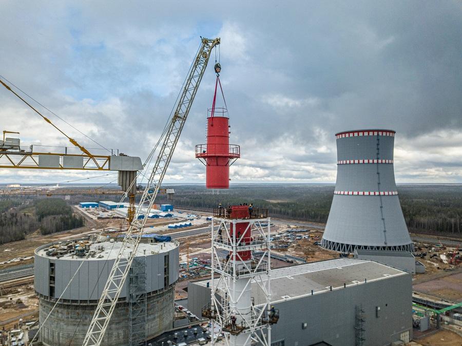 Специалисты СМУ-2 АО «КОНЦЕРН ТИТАН-2» заканчивают монтаж вентиляционной трубы зданий реакторного острова на втором энергоблоке ЛАЭС-2