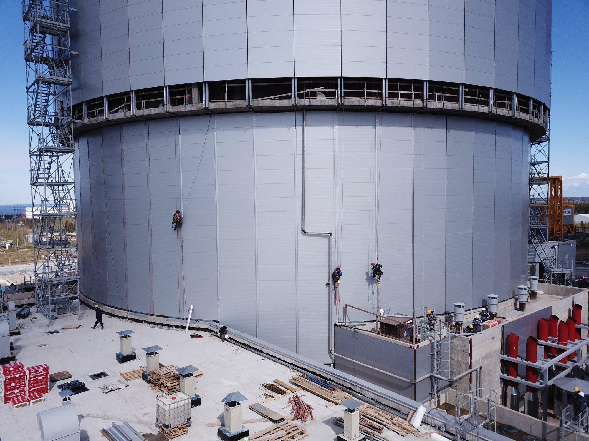 Сотрудники СМУ-2 АО «КОНЦЕРН ТИТАН-2» заканчивают устанавливать термопанели на здание реактора строящегося энергоблока Ленинградской АЭС