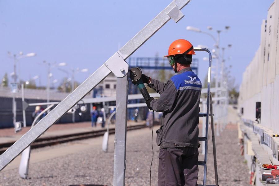 Специалисты АО «СЭМ» устанавливают систему освещения на строительной площадке нового энергоблока ЛАЭС